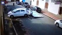Este coche arrolla las puertas de un garaje justo cuando dos jubilados estaban tras ellas