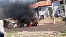 Carro fica destruído em incêndio no Riviera