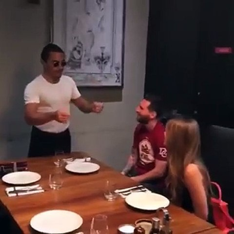 El chef Salt Bae da de comer en la boca a Leo Messi