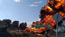 Un camion citerne prend feu sur l'autoroute et fait des flammes géantes