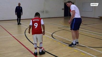 Mikey es un londinense de 9 años que perdió la vista, pero nunca perdió su pasión por el fútbol.