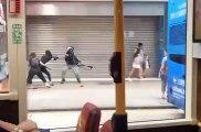 Quand un manifestant met un high-kick à un policier pour sauver un autre manifestant !