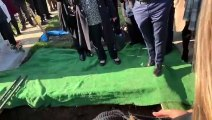 Le grand-père organise une blague lors de ses propres funérailles et fait éclater de rire tous ses proches