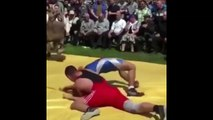 Un lutteur en difficulté est sauvé en plein combat par... sa mère !