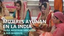 Casadas en la India ayunan para mostrar devoción a sus maridos
