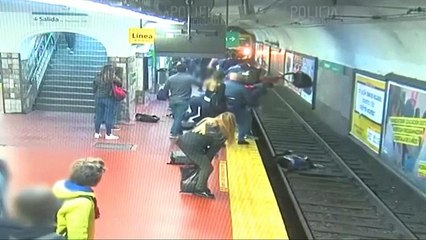 Bayılan bir kişinin metro raylarına ittiği kadın ezilmekten son anda kurtuldu