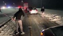 Ils jouent au hockey sur glace dans les embouteillages sur la neige !
