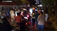 """مئات اللبنانيين يخرجون إلى الشارع احتجاجاً على """"رسوم واتسآب"""""""