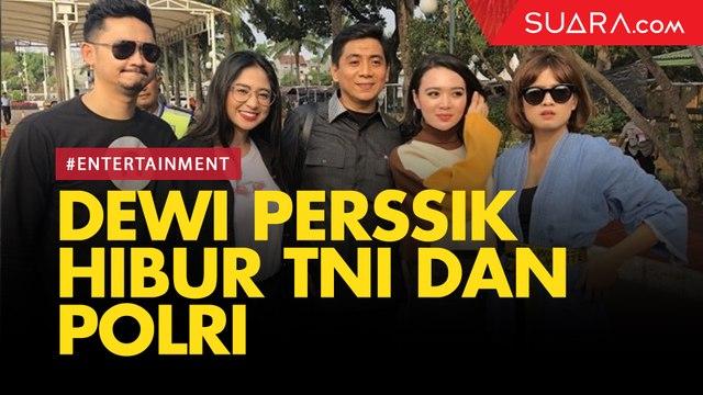 Jelang Pelantikan Jokowi, Dewi Perssik Hibur Polri dan TNI yang Berjaga