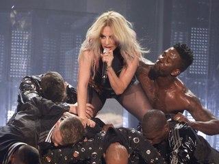 Nach sexy Tanzeinlage: Lady Gaga stürzt mit Fan von der Bühne