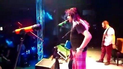 Músico de Curitiba tira peruca em show para homenagear fã com câncer