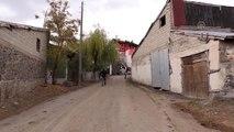 Hakkari şehidinin evi Türk bayraklarıyla donatıldı