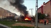 Kurtköy'de bir fabrikanın bahçesinde bulunan paletler alev alev yanıyor.