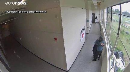 فيديو: عانقه ليفتكّ منه سلاحه.. هكذا منع مدرّب رياضي كارثة في إحدى المدارس الأمريكية