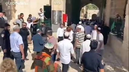 شاهد: المئات من المستوطنين الإسرائيليين يقتحمون باحة المسجد الأقصى في عيد العرش اليهودي