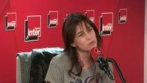 """Charlotte Gainsbourg à propos d'Yvan Attal : """"Il a un regard sur lui même qui me touche beaucoup. Il a mis nos vrais enfants, je trouve ça très émouvant. Ça commence très drôle, ça finit très touchant."""""""