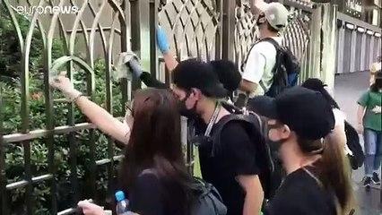 شاهد: رئيسة السلطات في هونغ كونغ تزور مسجداً بعد الاعتداء عليه خلال الاحتجاجات