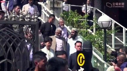 رئيسة سلطات هونغ كونغ تزور مسجدا تعرض للرش بمدفع ماء ملون