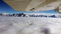 Ce pilote vole sur un tapis de nuages... Magnifique