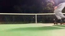 Skateboard : il tente un saut par dessus un filet de tennis ! Raté...
