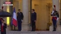 Pourquoi Emmanuel Macron se rend-il à Mayotte et à La Réunion ?