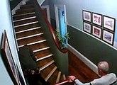 Un couple a fait une soirée trop trop arrosée et n'arrive pas à monter les escaliers
