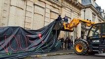 Dijon : la façade de la préfecture bâchée par les agriculteurs