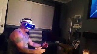 Effrayé en réalité virtuelle, il tombe du canapé !