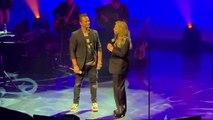 """EXCLU - Regardez Sylvie Vartan au bord des larmes hier soir chantant """"Sang pour sang"""" avec David Hallyday au Grand Rex pour l'hommage à Johnny - VIDEO"""