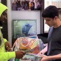 Davido fait des jaloux avec sa valise remplie de liasse de billets