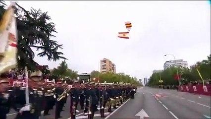Un parachutiste se prend un lampadaire pendant le défilé militaire à Madrid