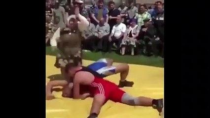 Une maman vient aider son fils en difficulté pendant un combat de lutte