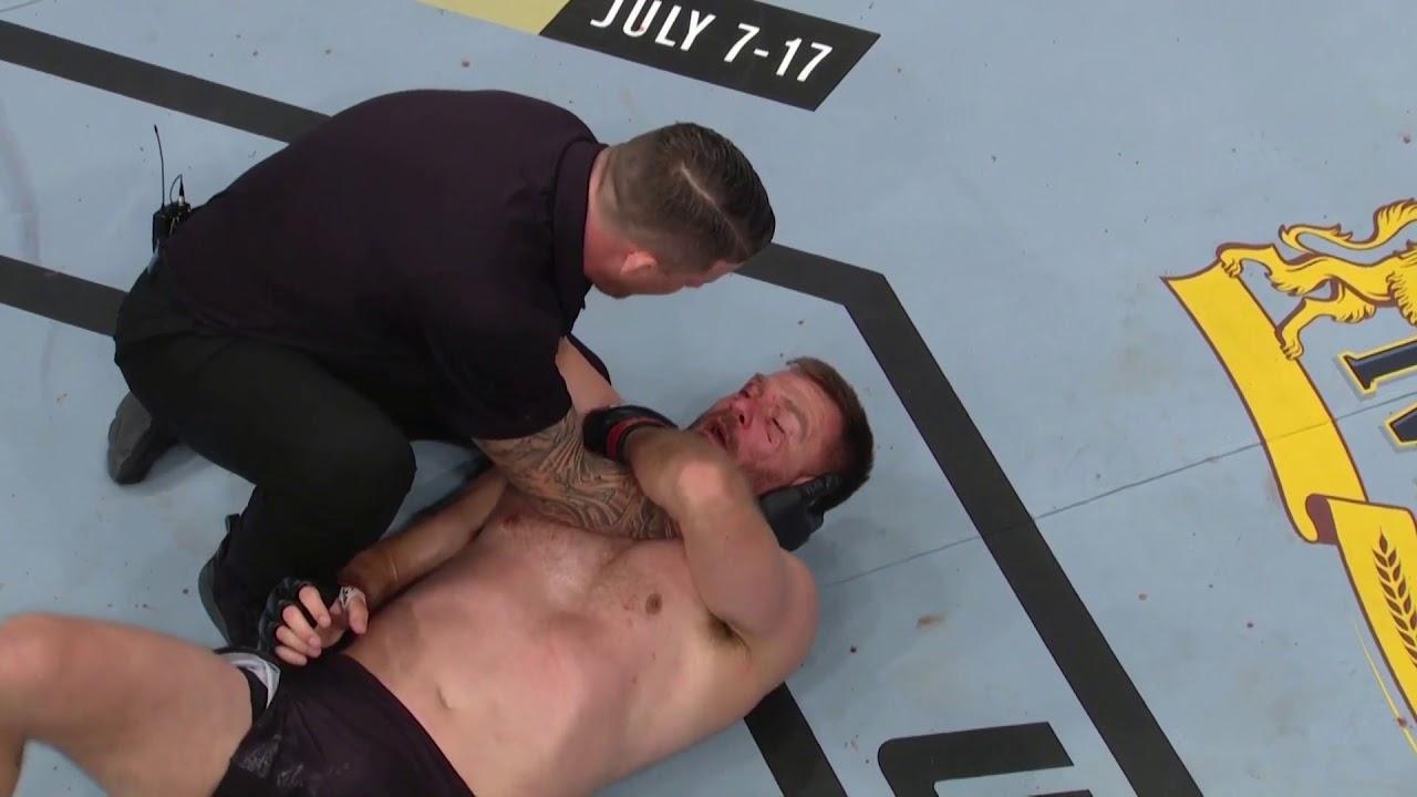 UFC Dövüş Gecesi I Cormier'den Miocic'e Güçlü Bir Sağ Kroşe!