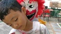Cet écolier effraye ses camarades avec son costume d'Halloween