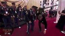 Cérémonie des Oscars : euphorique, Tom Hanks fait des pompes sur le tapis rouge (video)
