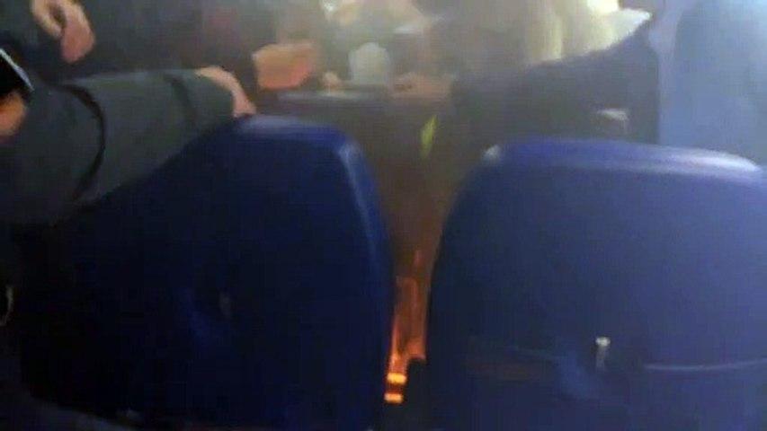 Un chargeur de portable prend feu dans un avion en plein atterrissage