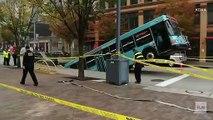 Un Bus avalé par un trou géant en pleine rue