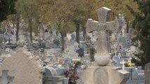 """Madrileños acuden al Cementerio de La Almudena para """"mantener la tradición"""""""