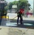 Il nettoie la station essence en arrosant de l'essence au sol !