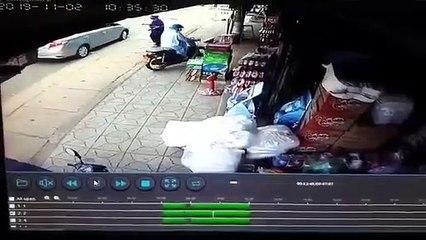 Khoảnh khắc thùng container văng xuống đường làm 2 vợ chồng thương
