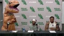 Un quarterback se présente déguisé en T-rex devant la presse