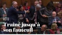 """Le nouveau """"speaker"""" de la Chambre des Communes Lindsay Hoyle  traîné jusqu'à son fauteuil"""