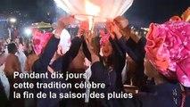 Flammes et feux d'artifice pour la fête des ballons en Birmanie
