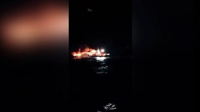 نجاة بحارة من موت محقق بعد احتراق قاربهم وسط البحر