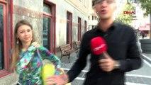 'Sarı poşetli kız' sokak hayvanları için sokak sokak dolaşıyor