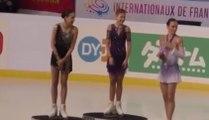 La personne chargée de remettre les médailles se trompe pendant une compétition de patinage artistique