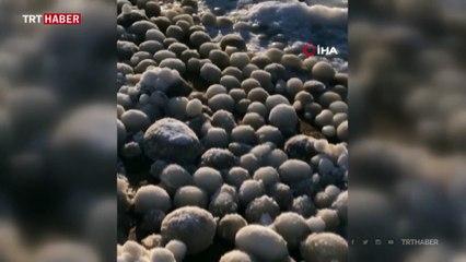 Finlandiya'da plajı buzdan yumurtalar kapladı