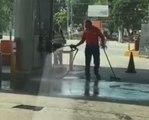 L'employé d'une station service fait le ménage avec... une pompe à essence !
