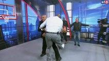 Shaquille O'Neal sans pitié avec Charles Barkley sur un ring de catch