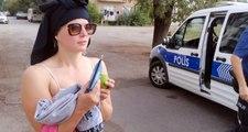 Sokak ortasında soyunan İsveçli turist, polis ekiplerine zor anlar yaşattı